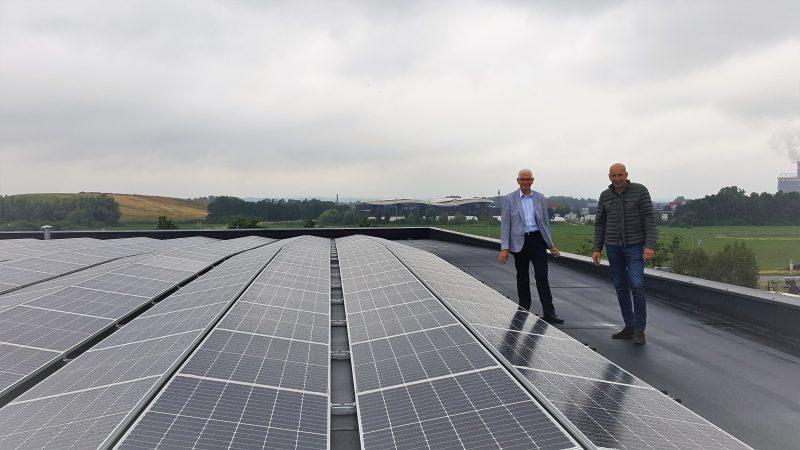 Dick van Essen en wethouder Hans Breunissen op het dak met zonnepanelen