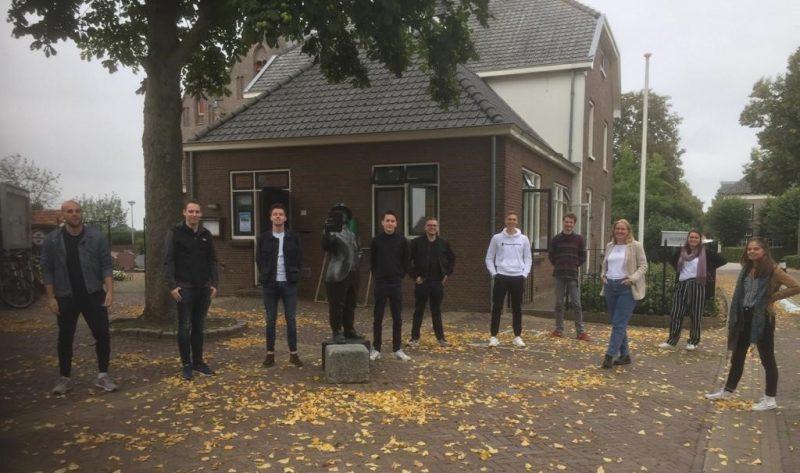 10 studenten van de HAN poseren op een pleintje in Loo