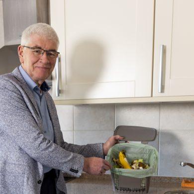 wethouder van Westervoort Hans Breunissen staat in de keuken met op het aanrecht het keukenemmertje
